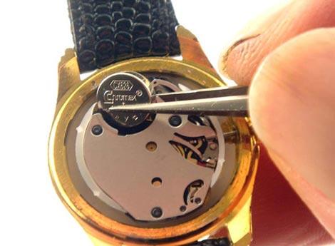 Come cambiare la batteria all'orologio: installare la batteria